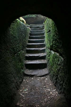 dentro fuera: Escaleras al final de una cueva ... m�s en mi cartera. Foto de archivo