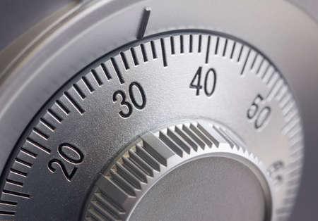 caja fuerte: Primer plano de una combinaci�n de marcaci�n en una caja fuerte.