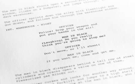 Primer plano de una página de un guión o script en el formato adecuado, con el texto genérico escrito por el fotógrafo para evitar cualquier problema de derechos de autor.