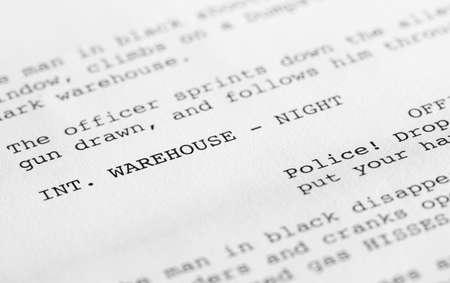 Close-up van een pagina uit een scenario of script in de juiste vorm, met generieke tekst geschreven door de fotograaf om eventuele auteursrechtelijke kwesties te vermijden.