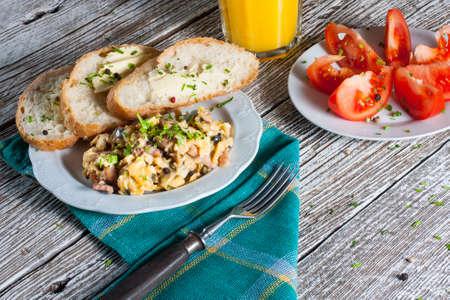 scrambled eggs: Huevos revueltos con jam�n y cebolletas.