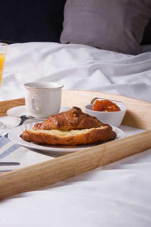 desayuno romantico: rom�ntico desayuno en la cama en una bandeja de madera.