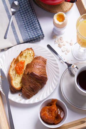 desayuno romantico: romántico desayuno en la cama en una bandeja de madera.