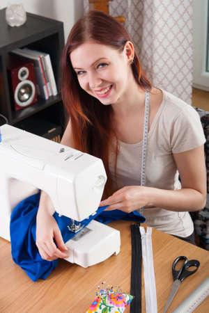 Junge Frau Nähen Stoff Auf Nähmaschine Lizenzfreie Fotos, Bilder Und ...
