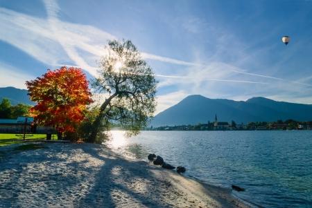 背景と空に気球の山と湖の美しい朝