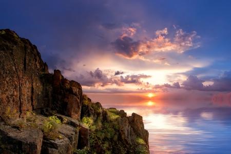 Blick vom Felsen auf einem bunten Rückgang über den Ozean, im Freien Standard-Bild - 13826518