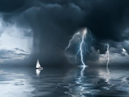 海でヨット、背景に雨と雷と雷雨に近い来る