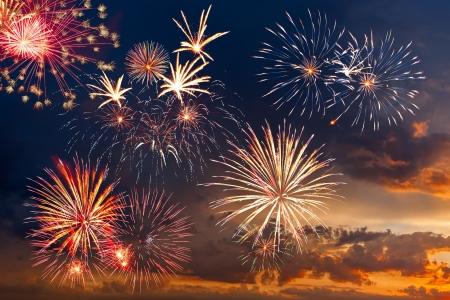independencia: Beautiful fuegos artificiales coloridas fiestas en el cielo del atardecer con nubes majestuosas, la exposici�n a largo Foto de archivo