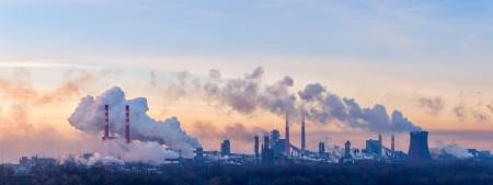 汚染は朝の空のパイプから煙を投げて化学工場全景 写真素材