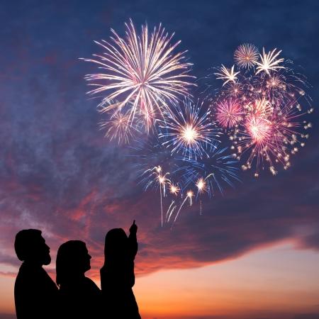 Die glückliche Familie sieht schön bunt Urlaub Feuerwerk in den Abendhimmel mit majestätischen Wolken, lange Belichtung Standard-Bild - 16951966