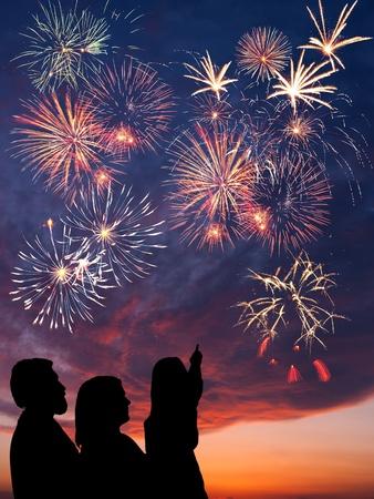 幸せな家族休日は、カラフルな花火は夕方の空で壮大な雲、長時間露光に見える