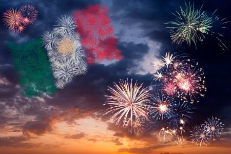 independencia: Coloridos hermosos fuegos artificiales de vacaciones con la bandera nacional de México, cielo de la tarde con majestuosas nubes