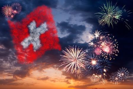 Schöne bunte Urlaub Feuerwerk mit den nationalen Flagge der Schweiz, Abendhimmel mit majestätischen Wolken