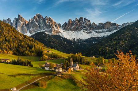 ヴァル ・ デ ・ Funea、ドロミテ、イタリアのサンタ ・ マッダレーナと美しい秋の風景