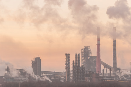 paesaggio industriale: Industrial landscape with pipes and smoke from big plant Archivio Fotografico