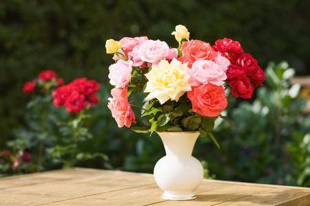 도자기 꽃병에 장미 꽃다발