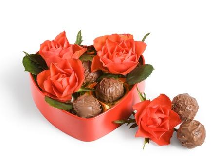 truffe blanche: Roses rouges et truffes dans une bo�te en forme de c?ur