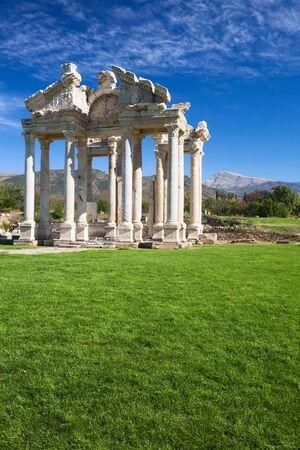 afrodite: Tetrapylon romana gateway per il tempio di Afrodite, Afrodisia, Geyre, Turchia, filtro polarizzatore applicato Archivio Fotografico