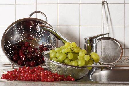 hygi�ne alimentaire: Les fruits et les baies sont lav�s dans une passoire