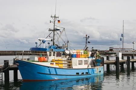ドイツ リューゲン島ザスニッツ港に係留青いカッター