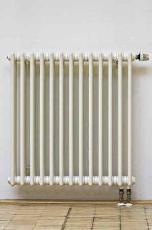 Close-up di casa radiatore con termostato