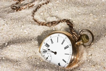 アンティーク ゴールドの時計は砂で失われました。 写真素材 - 10490506