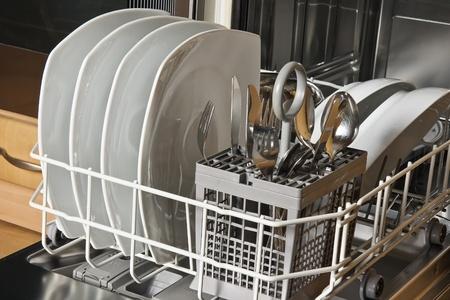 Afwasmachine met schone witte schotels