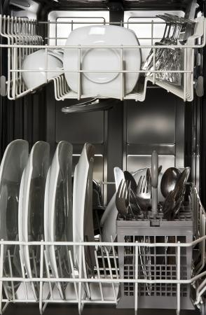 きれいな白い皿を食器洗い機 写真素材