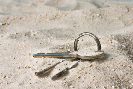llave de sol: Claves en un llavero perdido en la arena
