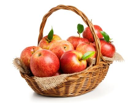 白い背景の上のバスケットにジョナゴールドりんご