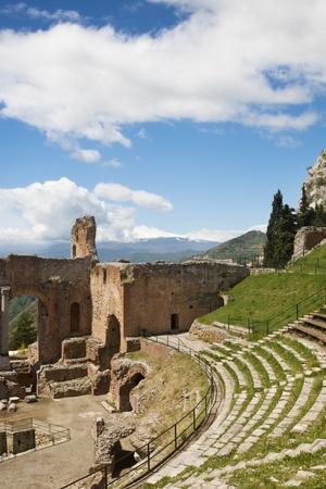 teatro antiguo: Taormina teatro y el Monte Etna en Sicilia, Italia