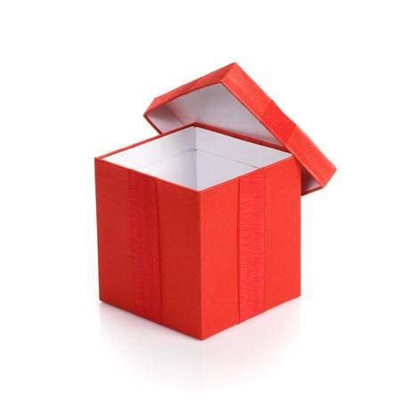 boite carton: Ouvert la bo�te vide cadeau rouge avec couvercle sur fond blanc