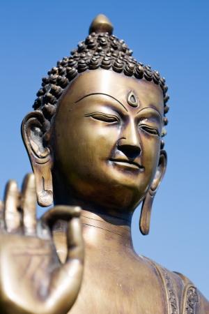 cabeza de buda: Primer plano de una escultura de Buda con los dedos
