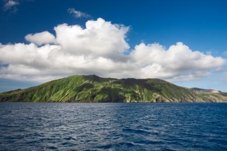 Wolk over eiland, Eolische eilanden, Vulcano, Tyrreense Zee, Sicilië, Italië Stockfoto
