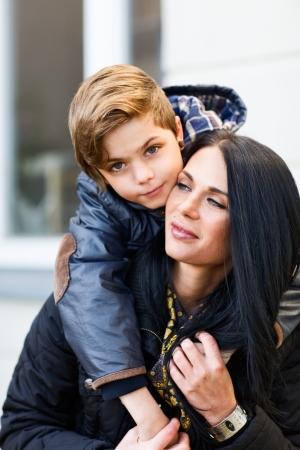 mama e hijo: Retrato al aire libre de la madre y el hijo Foto de archivo