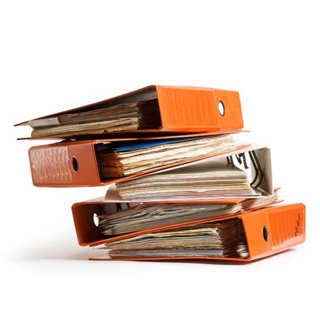 Stack van oranje, oud, ringbanden op een witte achtergrond clipping pad opgenomen Stockfoto
