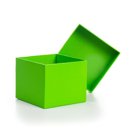 boite carton: Ouvert la bo�te vide cadeau vert sur fond chemin d'�cr�tage du blanc inclus
