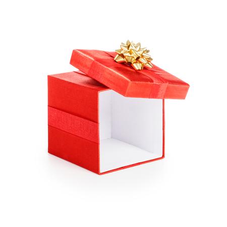 Open rode gift box met gouden lint. Kerst thema. Object op een witte achtergrond. Knippen weg.