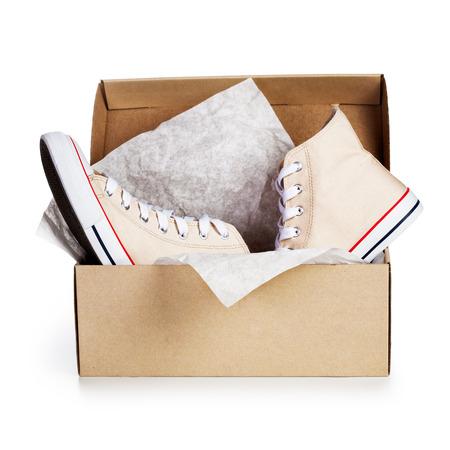 Schoenendoos met een paar nieuwe sneakers geïsoleerd op een witte achtergrond. Object met uitknippad Stockfoto