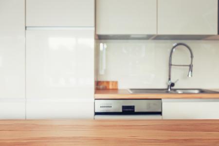 cucina moderna: Piano in legno e moderno spazio cucina
