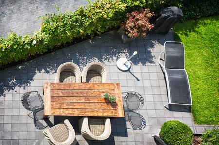 Zonnige terras met tafel en stoelen, hoge hoek bekijken Stockfoto