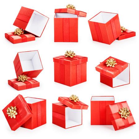 Rode geschenk dozen met gouden strik collectie op een witte achtergrond. Kerst thema