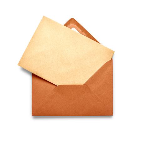 sobres para carta: Sobre marrón de la vendimia con la tarjeta aislada en el fondo blanco