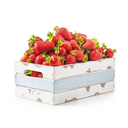古い木箱は、白い背景で隔離の新鮮なイチゴ。健康的な食事。クリッピング パス オブジェクトします。