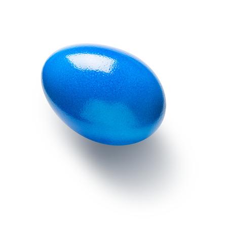holiday symbol: Blu dipinto uovo di Pasqua isolato su sfondo bianco. Simbolo di vacanza. Singolo oggetto con percorso di clipping