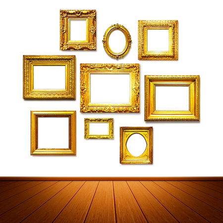grabado antiguo: Antiguos marcos de oro en la pared. Galería de arte. Objetos de grupo en el fondo blanco Foto de archivo