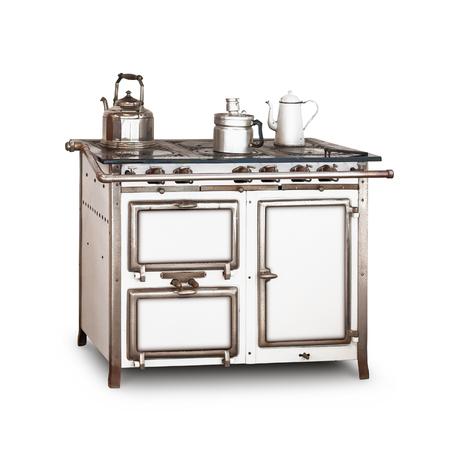 cocina vieja: Estufa de gas vieja con maceta y hervidor de agua aisladas sobre fondo blanco. Cocina de la vendimia. Solo objeto con trazado de recorte