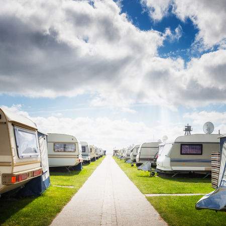remolque: Acampar camping en la playa. Vacaciones familiares. Costa del mar del Norte, Alemania Foto de archivo