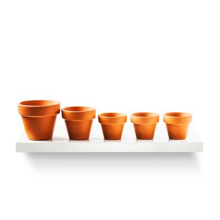 ollas de barro: las macetas de arcilla en una fila de estantería aislados sobre fondo blanco. Equipo de jardín. Grupo de objetos con el camino de recortes