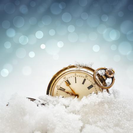 cielos abiertos: Reloj del A�o Nuevo antes de la medianoche. Antiguo reloj de bolsillo en la nieve Foto de archivo